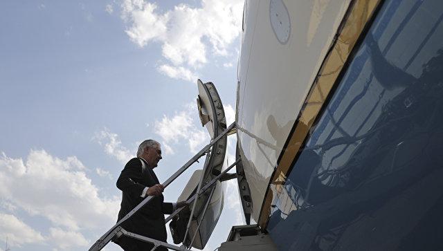 Госсекретарь США Рекс Тиллерсон на трапе самолета. Архивное фото