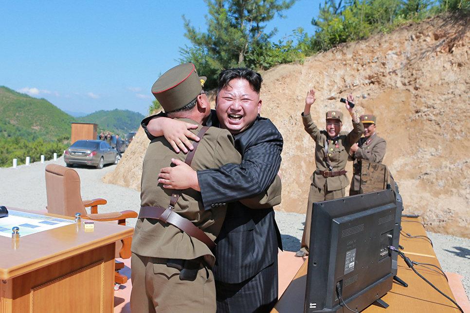 Лидер КНДР Ким Чен Ын после испытания межконтинентальной баллистической ракеты Хвасон-14 в Пхеньяне