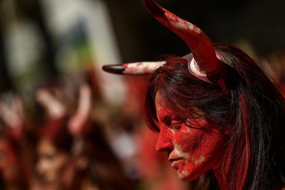 Участница акции протеста против корриды перед фестивалем Сан-Фермин в Памплоне, Испания