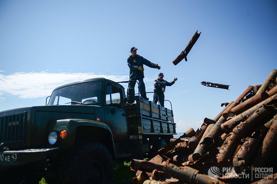 Волонтеры комплексной экспедиции Гогланд собирают тубусы и гильзы от артиллерийских снарядов на острове Большой Тютерс в Финском заливе
