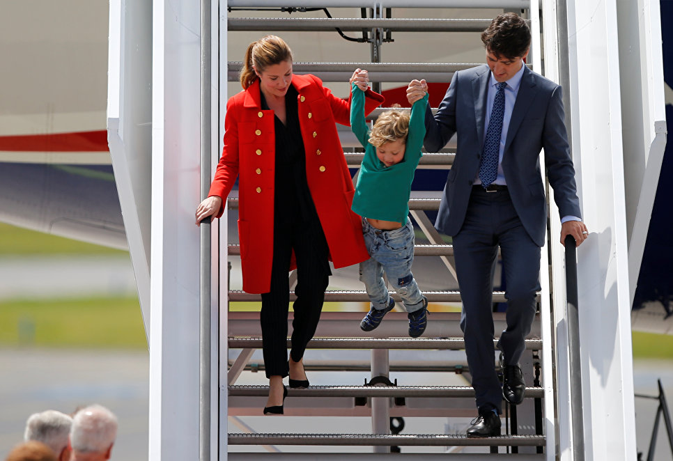 Премьер-министр Канады Джастин Трюдо с супругой и сыном спускаются по трапу после приземления в аэропорту Гамбурга