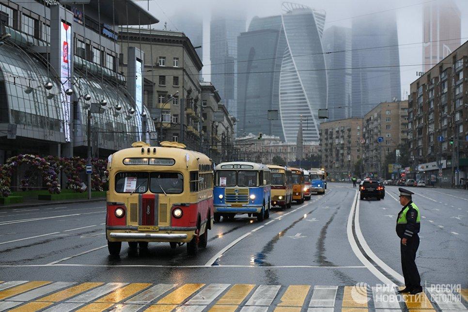 Колонна раритетных автобусов во время парада ретротехники, приуроченного к празднованию Дня московского транспорта. 8 июля 2017