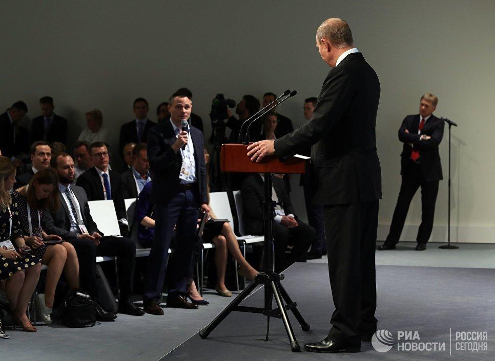 Президент РФ Владимир Путин отвечает на вопросы журналистов во время пресс-конференции по итогам саммита лидеров Группы двадцати G20 в Гамбурге. 8 июля 2017