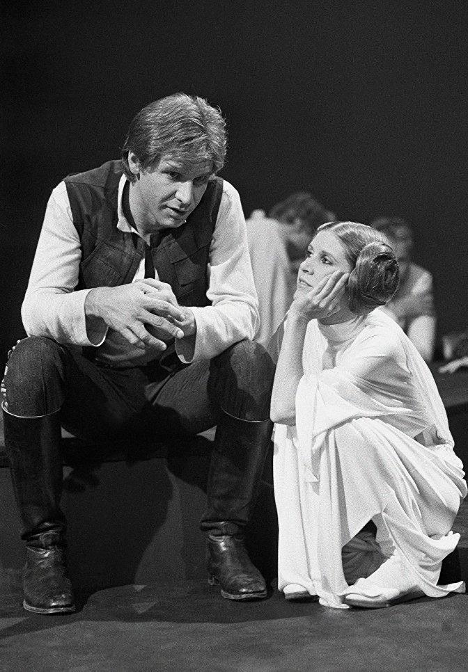 Актеры Харрисон Форд и Кэрри Фишер в перерыве между съемками фильма Звёздные войны: Праздничный спецвыпуск. 1978