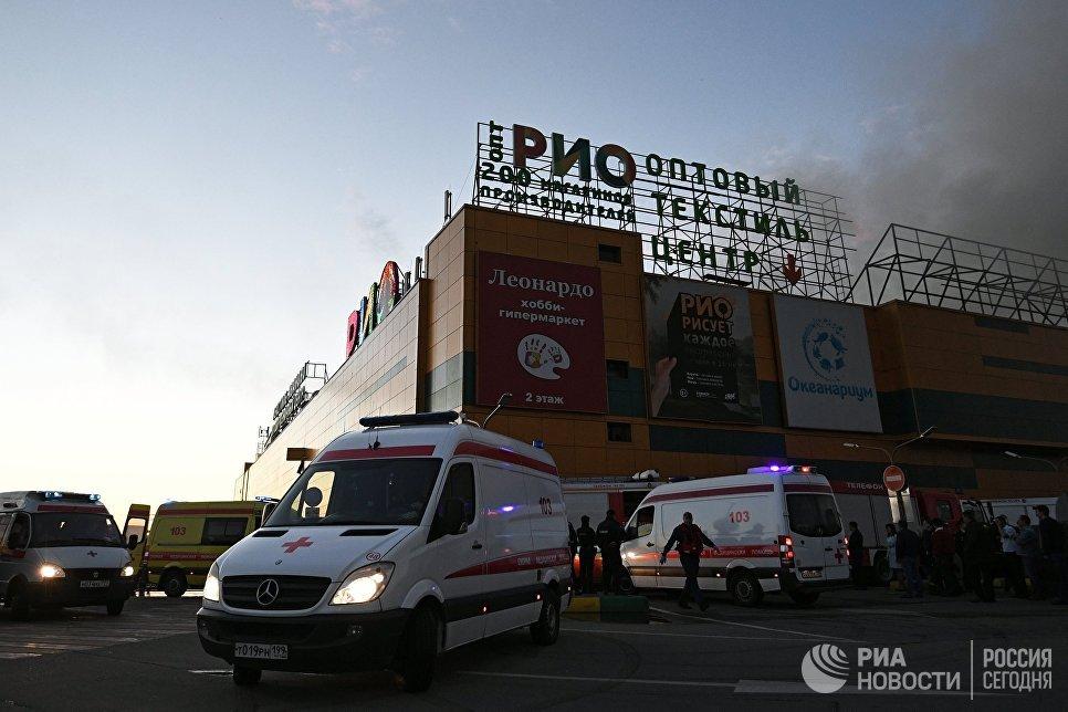 Кареты скорой помощи на месте тушения пожара в здании торгового центра РИО на Дмитровском шоссе в Москве