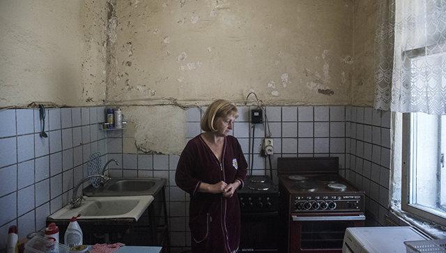 Женщина на кухне в коммунальной квартире