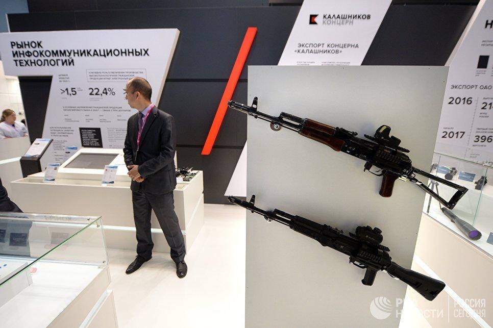 Автоматы на стенде концерна Калашников на 8-й Международной промышленной выставке Иннопром - 2017 в международном выставочном центре Екатеринбург-ЭКСПО