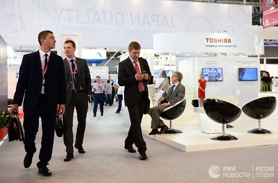 Посетители на 8-й Международной промышленной выставки Иннопром - 2017 в международном выставочном центре Екатеринбург-ЭКСПО