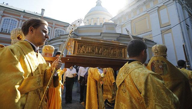 Священнослужители несут ковчег с мощами  Николая Чудотворца в Свято-Троицкий собор Александро-Невской лавры