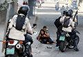 Пострадавшие от слезоточивого газа сторонники оппозиции во время митинга против правительства президента Венесуэлы Николаса Мадуро в Каракасе