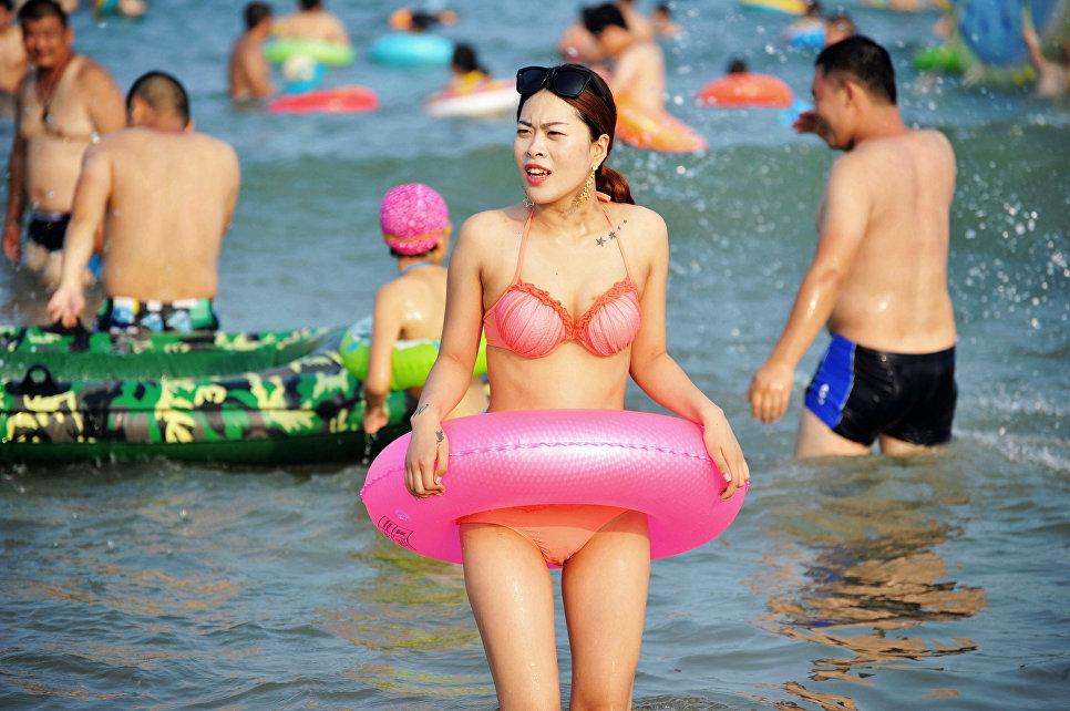 Девушка на пляже в Циндао, Китай