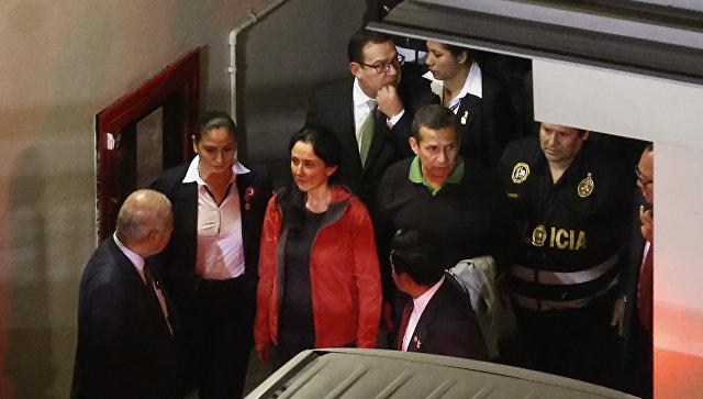 Экс-президент Перу Ольянта Умала и его супруга Надин Эредия в здании суда в Лиме. 13 июля 2017
