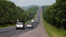 Автомашины на автомобильной дороге. Архивное фото