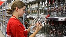 Работница супермаркета в алкогольном отделе