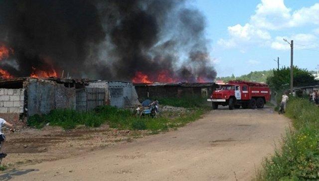 Впоселке вУдмуртии пламенеют шестьдесят хозпостроек игаражей