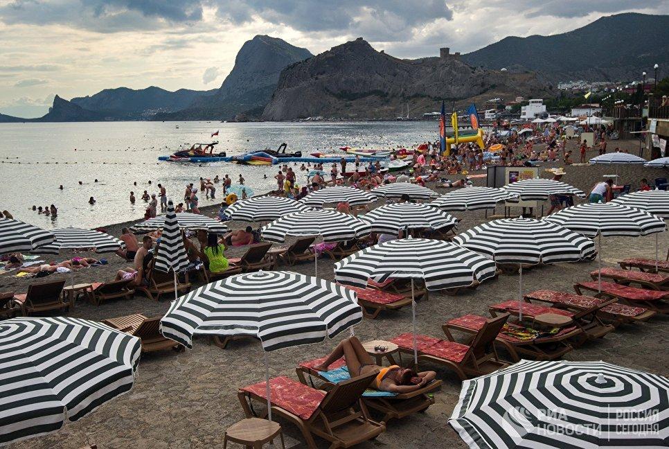 Отдыхающие на пляже в Судаке