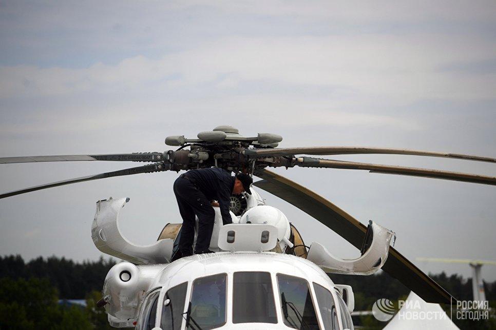 Авиатехник на вертолете на Международном авиационно-космическом салоне МАКС-2017 в Жуковском. 18 июля 2017