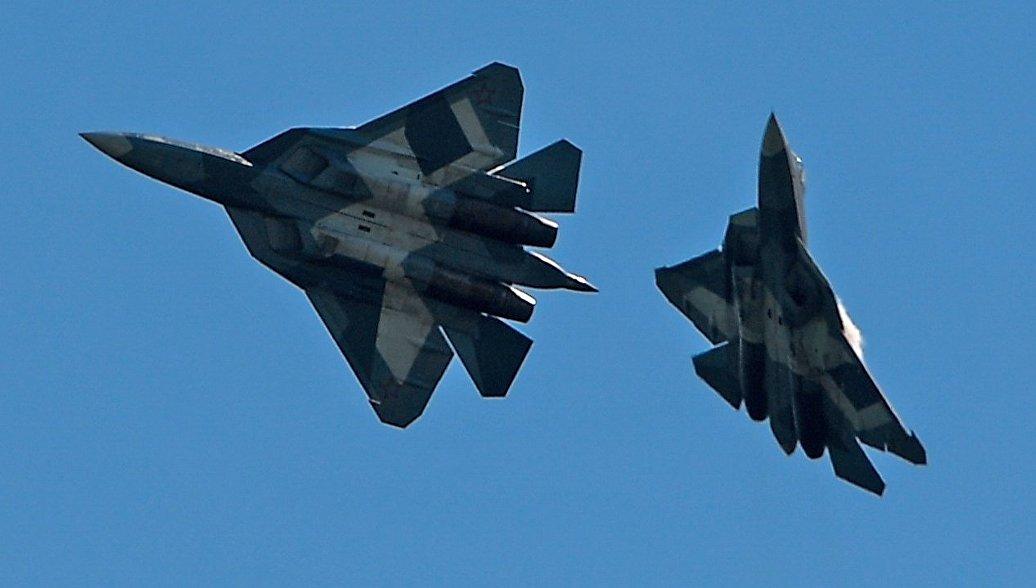 Истребители Т-50 во время демонстрационных полетов на авиасалоне МАКС-2017