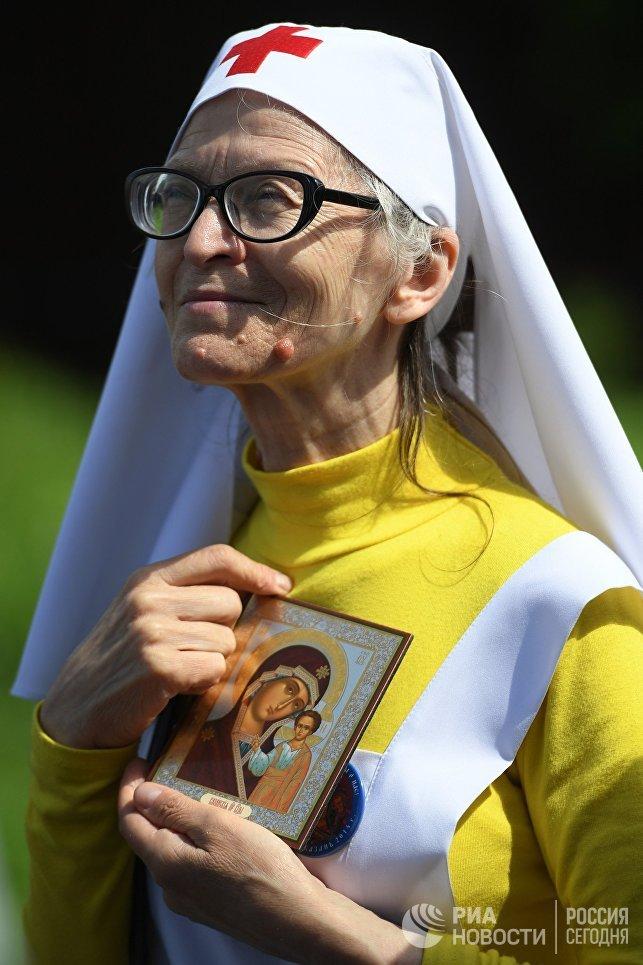 Участница крестного хода в праздник явления Казанской иконы Божией матери в Казани