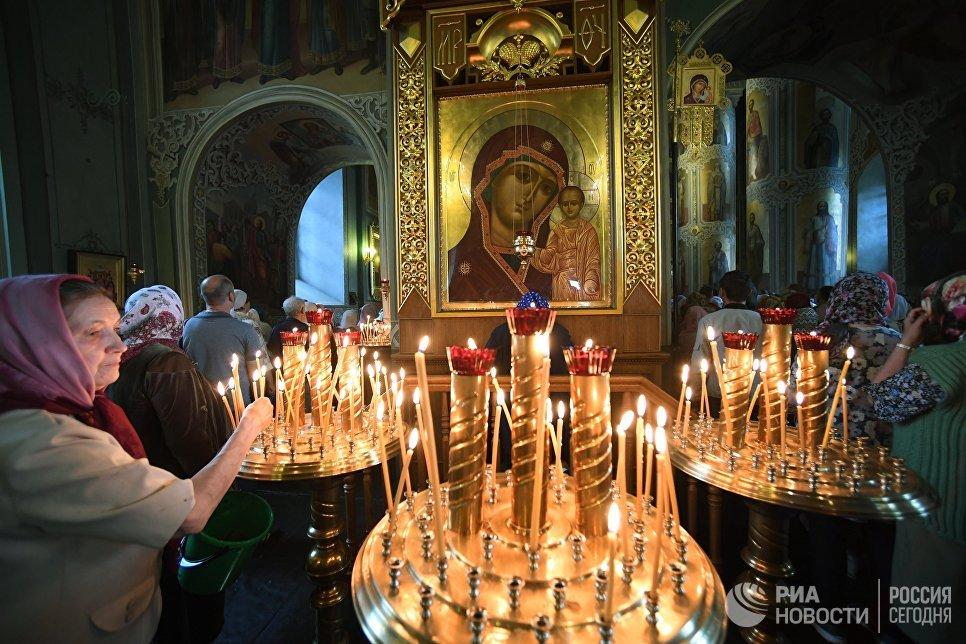 Верующие в Благовещенском соборе перед началом крестного хода в праздник явления Казанской иконы Божией матери в Казани