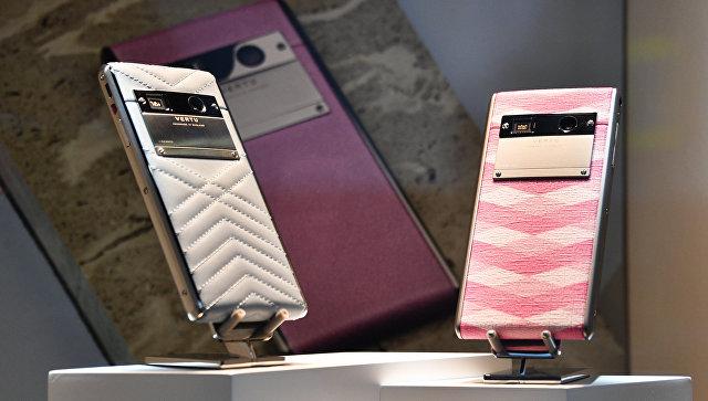 Мобильные телефоны Vertu. Архивное фото