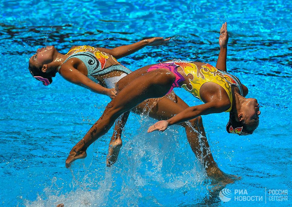 Спортсменки сборной Японии выступают с произвольной программой в финальных соревнованиях по синхронному плаванию среди групп на чемпионате мира FINA 2017
