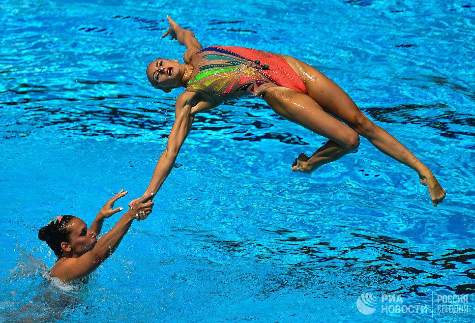 Спортсменки сборной Франции выступают с произвольной программой в финальных соревнованиях по синхронному плаванию среди групп на чемпионате мира FINA 2017