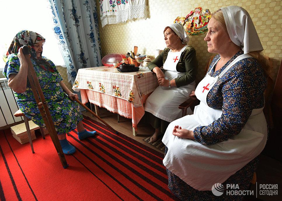Сестры милосердия во время посещения одинокой пожилой женщины села Латная Семилукского района Воронежской области