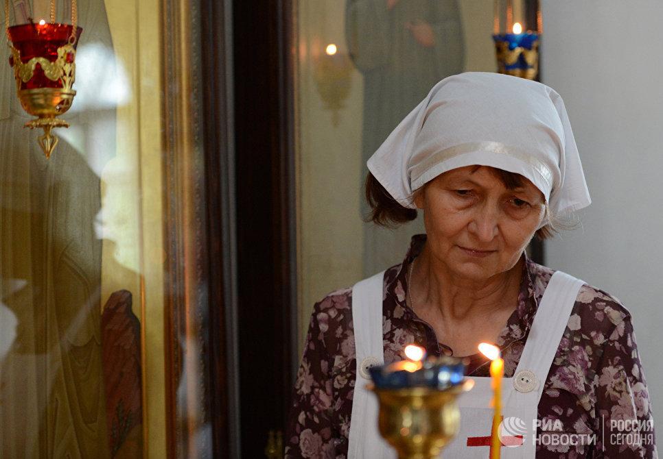 Сестра милосердия во время богослужения в Троицком храме в Воронежской области