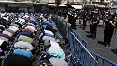Уличное богослужение арабов-мусульман у главного входа в Старый город Иерусалима. Архивное фото