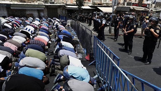 Уличное богослужение арабов-мусульман у главного входа в Старый город Иерусалима. 21 июля 2017