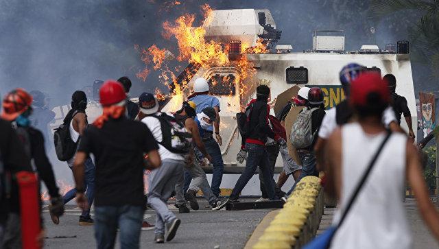 Демонстрант во время акции протеста против президента Венесуэлы Николаса Мадуро в Каракасе