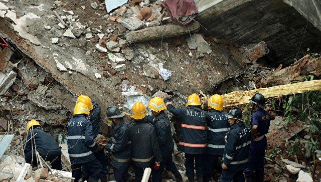 Спасатели на месте обрушения жилого дома в пригороде Мумбаи. Архивное фото