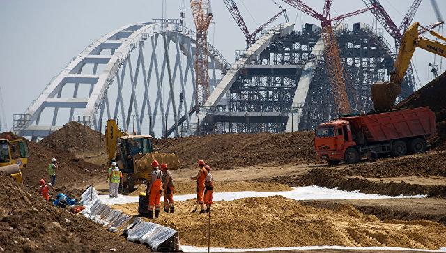 На строительстве автомобильных подходов к мосту через Керченский пролив. Архивное фото
