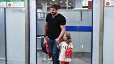 Житель Саратовской области Сергей Уханов с дочерью Лизой в аэропорту Москвы. 26 июля 2017