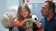 Бывший свекр Светланы Ухановой Валерий Уханов с внучкой Лизой в аэропорту Москвы. 26 июля 2017