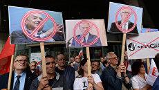 Плакаты с портретами финансист Джорджа Сороса, президента Европейского совета Дональда Туска и первого вице-президента Европейской комиссии Франса Тиммерманса во время акции протеста в Варшаве. 26 июля 2017