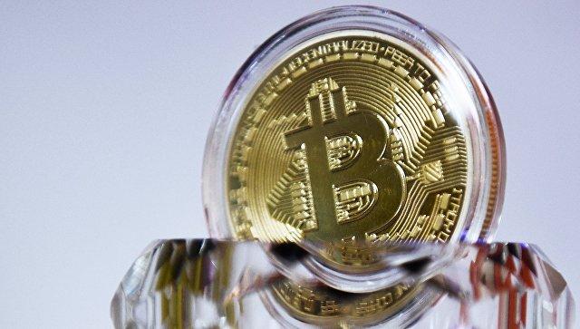 Сувенирная монета криптовалюты биткойн в MaRSe Bitcoin Center в Москве. Архивное фото