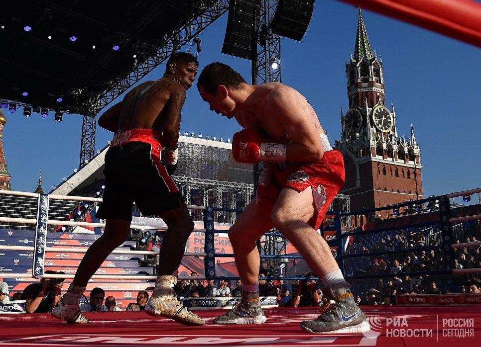Гусмир Пердомо (Венесуэла) и Егор Мехонцев (Россия) во время поединка в рамках празднования Дня российского бокса на Красной площади