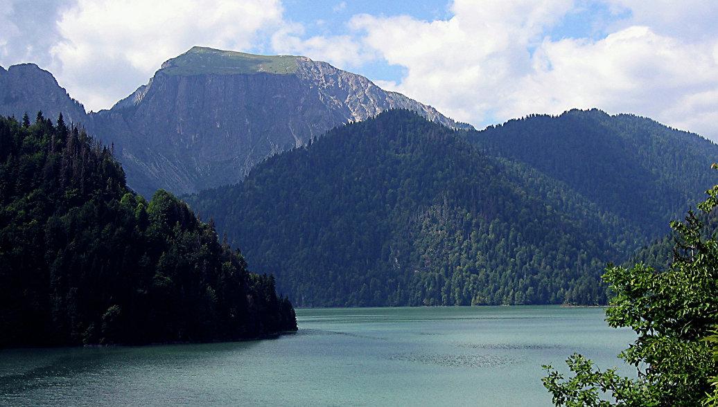 Рица - горное озеро в Абхазии. Архивное фото