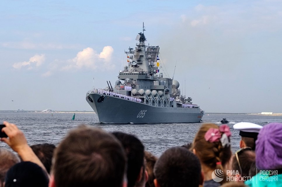 Ракетный крейсер Варяг во время генеральная репетиция военно-морского парада ко дню ВМФ в Кронштадте