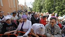Очередь к мощам святителя Николая Чудотворца у Свято-Троицкого собора Александро-Невской лавры.
