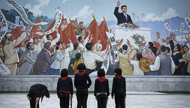Школьники возле росписи с изображением бывшего лидера Северной Кореи Ким Ир Сена в Пхеньяне, Северная Корея