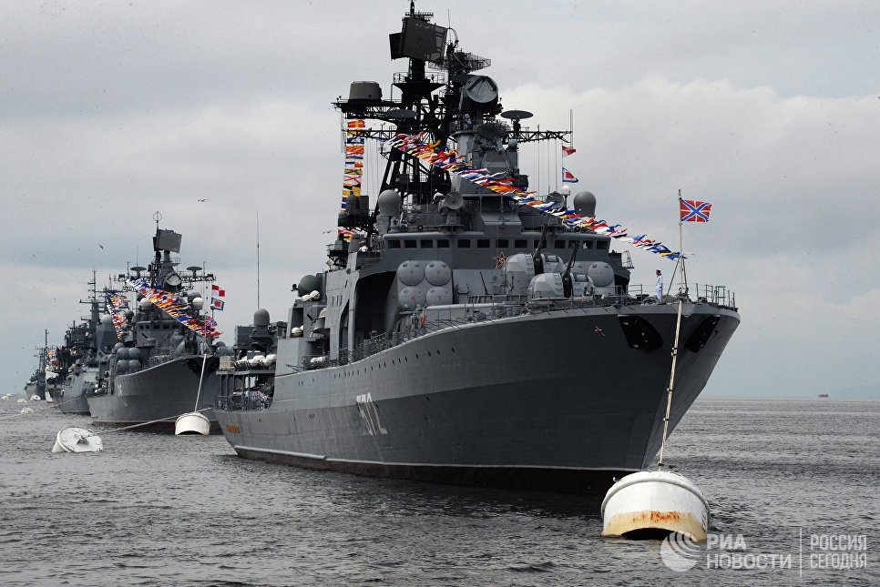 Большой противолодочный корабль Адмирал Виноградов  во время парада кораблей, посвященного Дню Военно-морского флота России, во Владивостоке. 30 июля 2017