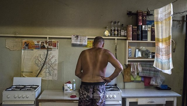 Мужчина на кухне жилого дома в Северо-Западном административном округе города Москвы
