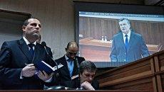 Виктор Янукович во время видеотрансляции на экране монитора в Святошинском районном суде Киева. Архивное фото