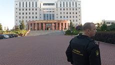 Сотрудник Федеральной службы судебных приставов у здания Московского областного суда. 1 августа 2017