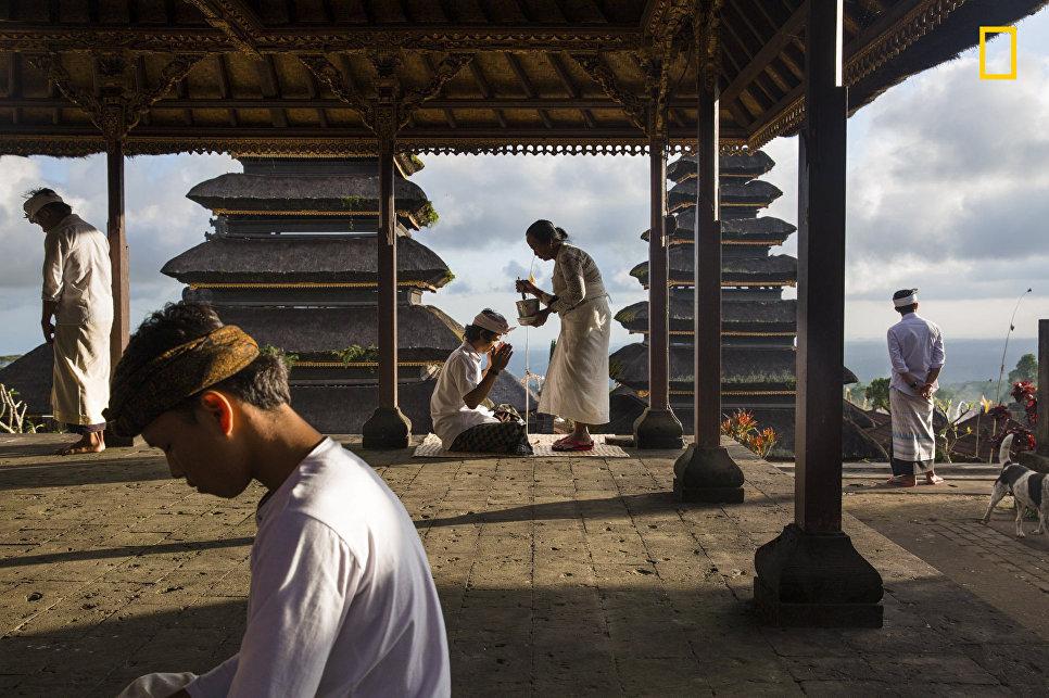 Работа фотографа Michael Dean Morgan Blessings at Besakih, получившая поощрительный приз в категории Люди в фотоконкурсе 2017 National Geographic Travel Photographer of the Year