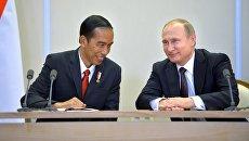Президент Российской Федерации Владимир Путин  и президент Республики Индонезии Джоко Видодо в резиденции Бочаров ручей в Сочи. 18 мая 2016.