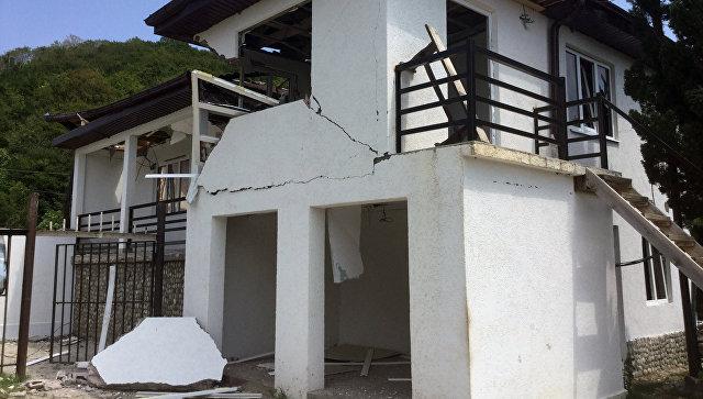Поврежденный дом в селе Приморское Гудаутского района, в результате взрыва боеприпасов на складе Минобороны Абхазии.